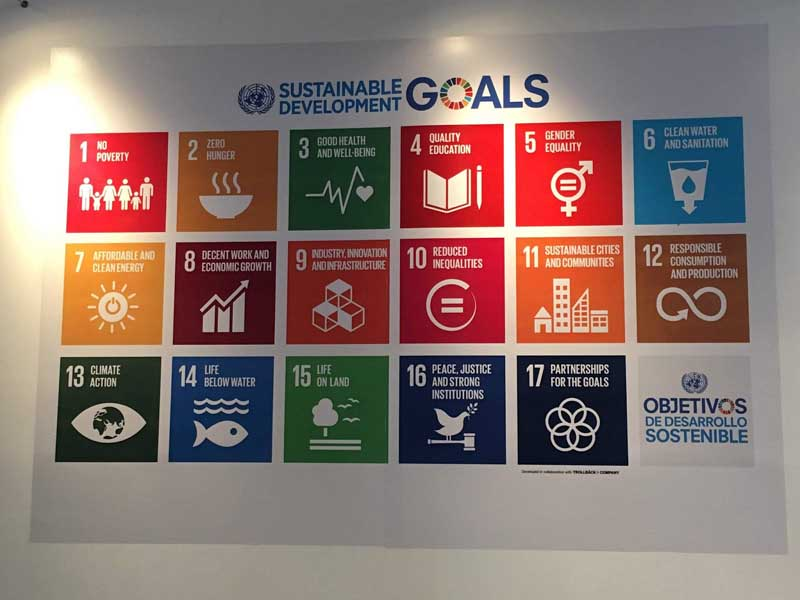 Tablón con los objetivos de la Nueva Agenda Urbana adoptada en Habitat III, Quito 2016